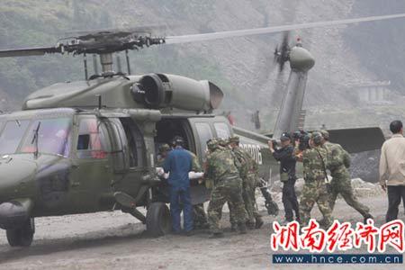 5月17日,解放军救获汶川县映秀镇一名村民后用直升飞机送往医院进行抢救。(湖南经济网 特约记者郭国权摄影报道)