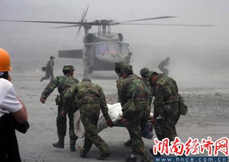 5月17日,解放军救获汶川县映秀镇一村民后用直升飞机送往医院进行抢救。(湖南经济网 特约记者郭国权摄影报道)