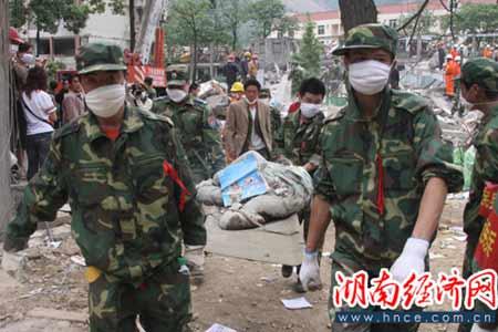 5月15日,救援人员在四川省北川县北川中学找到一名遇难的学生