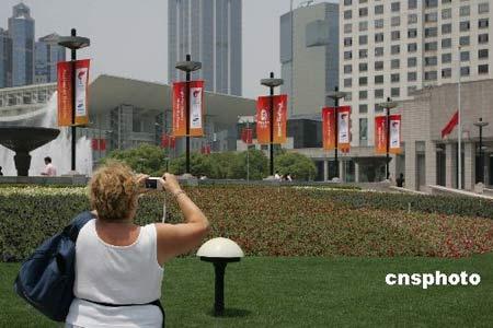 5月19日,上海迎奥运圣火准备工作低调进行。图为上海人民广场原定的圣火点火地,奥运标语牌从简布置。 中新社发 潘索菲 摄