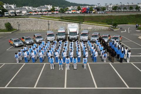 5月19日14时28分奥运火炬接力车队全体成员集体向四川汶川大地震遇难者默哀三分钟