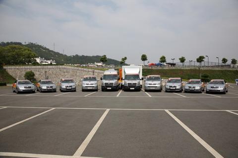 5月19日14时28分奥运火炬接力车队向四川汶川大地震遇难者列队鸣笛三分钟