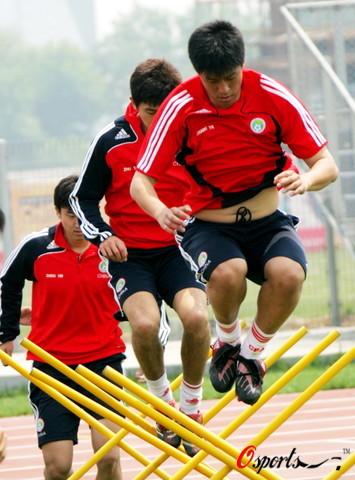 图文:国足天津备战世预赛  张耀坤带头训练