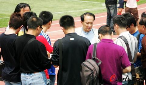 图文:国足天津备战世预赛  龙王被媒体包围