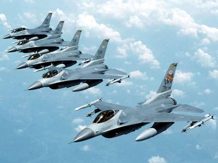 台湾正在推动采购美制F-16C/D战机。图为美国空军F-16C战机群空中编队飞行