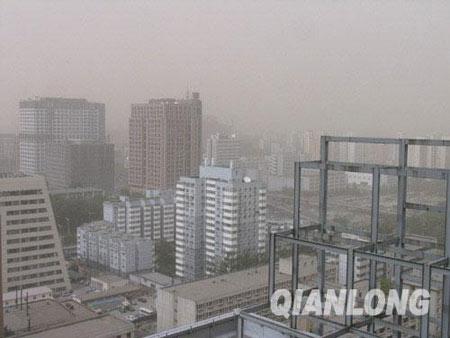 沙尘袭京城能见度下降