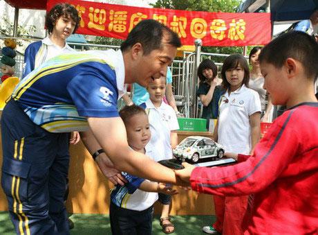 潘庆把爱和奥运精神带给绍兴家乡幼儿园的孩子们