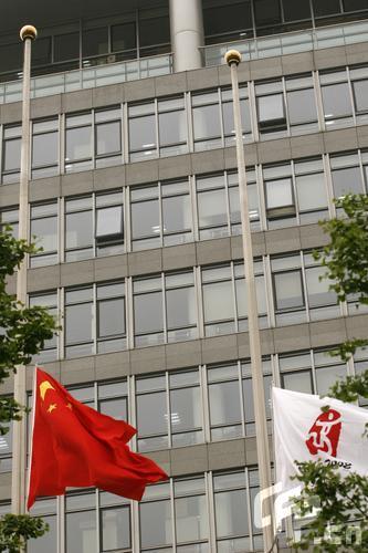 2008年5月20日,汶川地震全国哀悼日第二天,北京奥运大厦降半旗,沉痛哀悼在汶川特大地震中的遇难者。