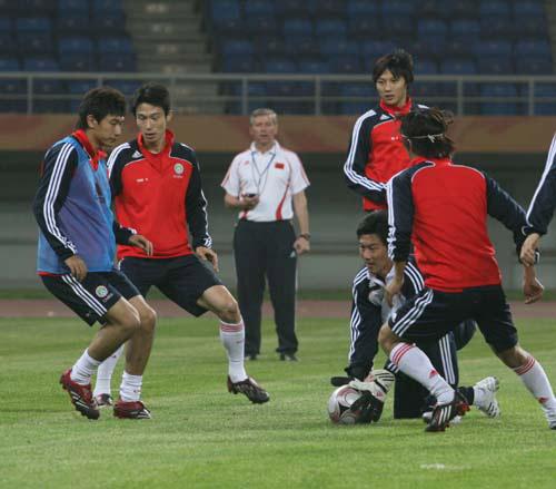 图文:[世预赛]国足天津备战 分组对抗训练
