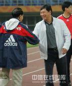 图文:[世预赛]国足天津备战 谢亚龙南勇握手