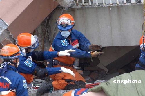 5月18日,日本国际救援队一行二十余人到达中国四川北川地震现场——北川中学,挖掘废墟,救援受难学生。图为日本救援队成员在工作中。中新社发邹宪 摄