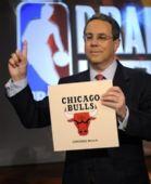 图文:[NBA]公牛抽中状元签 公牛主管