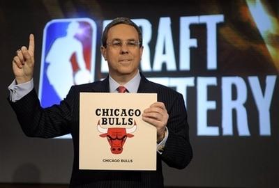 图文:[NBA]公牛抽中状元签 抽中状元签