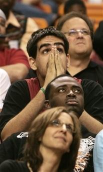 图文:[NBA]公牛抽中状元签 热火球迷无奈