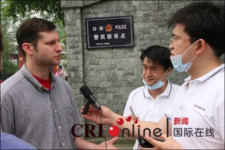 美国外教沃克接受国际台记者采访