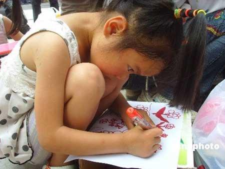 擦幼小女孩穴_图为一小女孩在老师的指导下画\