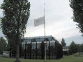 图文:国际奥委会总部五环旗降半旗志哀遇难者