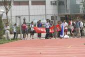 图文:[世预赛]国足天津备战 球迷围观
