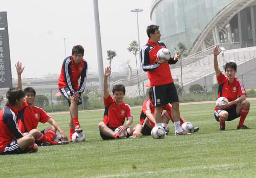 图文:[世预赛]国足天津备战 赛前准备活动