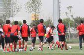 图文:[世预赛]国足天津备战 福帅指导带球训练