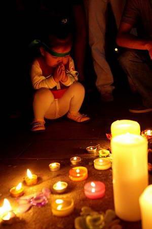 图文:宁波市民烛光里祝福汶川 小孩祈祷