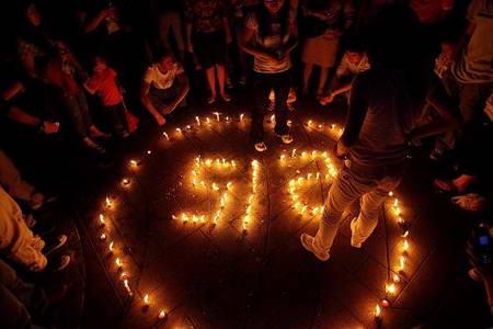 图文:宁波市民烛光里祝福汶川 纪念5.12大地震