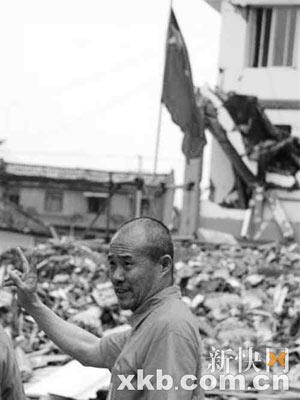 王石在四川绵竹市遵道镇考察。