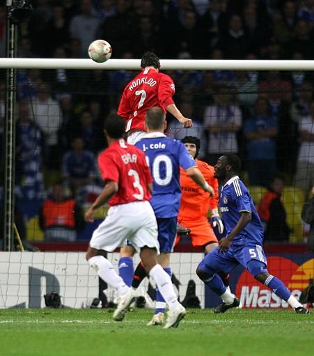 图文:[欧冠]曼联vs切尔西 c罗头球图片