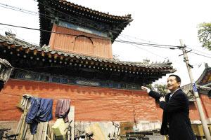汪舟委员在查看万寿寺周边的民居情况。佟一博/摄