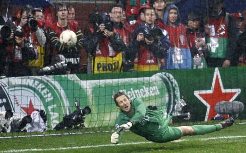 图文:[欧冠]曼联VS切尔西 范德萨扑出阿内尔卡点球