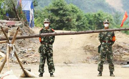 武警和警察在通往北川县城的道路上设卡,所有人员均不得进入县城。