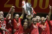图文:[欧冠]曼联7-6切尔西 高举大耳朵杯