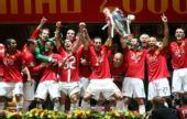 图文:[欧冠]曼联7-6切尔西 高举奖杯