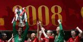 图文:欧冠联赛曼联捧杯 曼联队员欢呼胜利