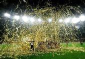图文:欧冠联赛曼联捧杯 曼联庆祝胜利