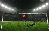 图文:欧冠联赛曼联捧杯 范德萨扑出点球