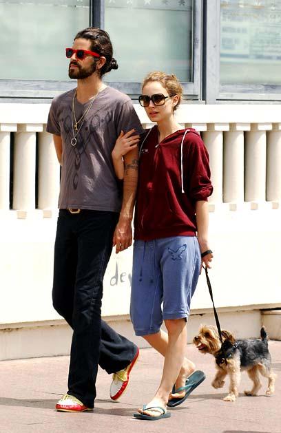 娜塔莉-波特曼与男友戛纳街头遛狗