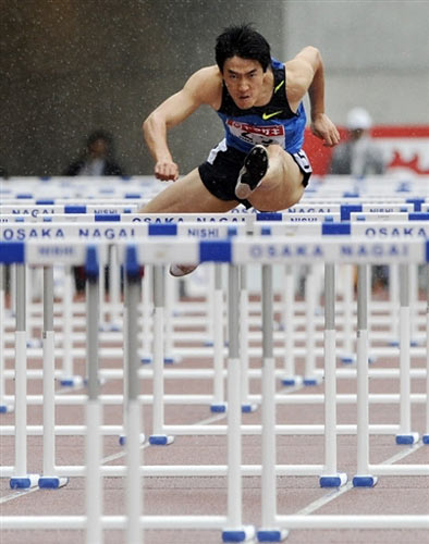 5月10日,大阪田径大奖赛110米栏比赛中,中国飞人刘翔以13秒19的成绩勇夺冠军,他的队友史冬鹏以13秒63获得亚军。