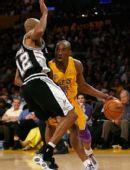 图文:[NBA]湖人VS马刺 鲍文防守科比