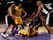 图文:[NBA]湖人VS马刺 科比叫暂停