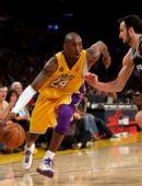 图文:[NBA]湖人VS马刺 科比突破吉诺比利