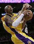 图文:[NBA]湖人VS马刺 科比遭遇犯规