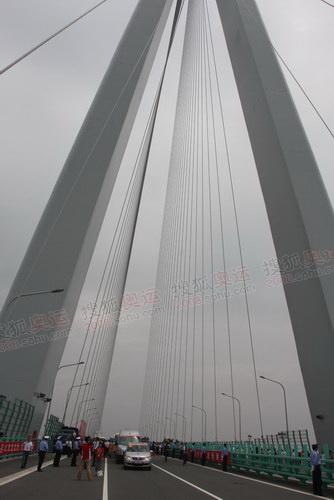 杭州跨海大桥的正中间