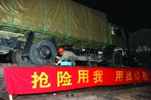铁路乔司站艮山门货运人员对装载车辆进行加固