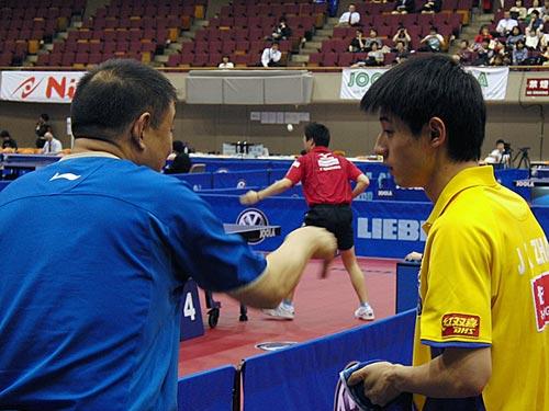 图文:日本乒乓球赛首日 李晓东指导张继科