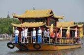 图文:北京奥运圣火在嘉兴传递 火炬手南湖乘船