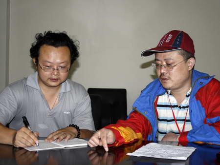 周荣军研究员(右)接受四川新闻网记者采访