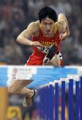 图文:刘翔首演13秒63晋级 比赛中跨栏瞬间特写
