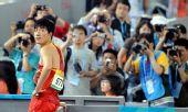 图文:刘翔首演13秒63晋级 比赛结束回望成绩