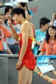 图文:刘翔首演13秒63晋级 大汗淋漓向观众致意
